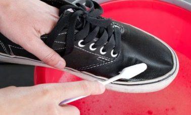 Cara membersihkan sepatu sneakers