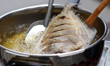 Menggoreng ikan agar teksturnya lembut